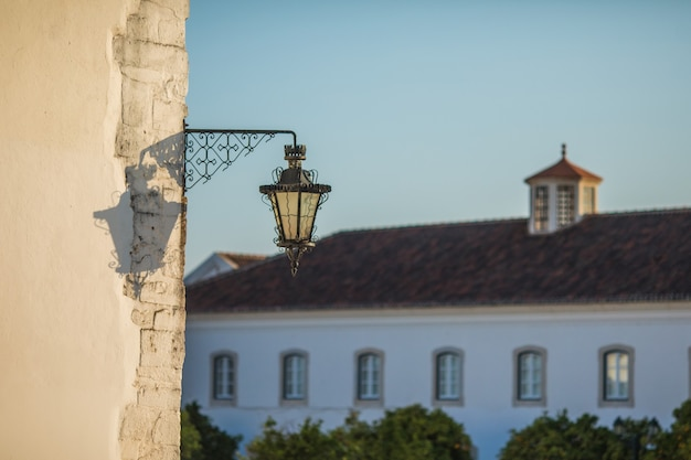 ポルトガル、アルガルヴェ、ファロの旧市街の通りの建築をご覧ください。