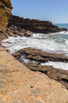 海の海岸線の岩の上を見る