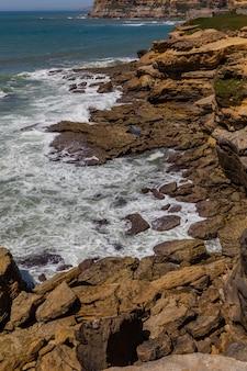 바다에서 해안선 바위에보기