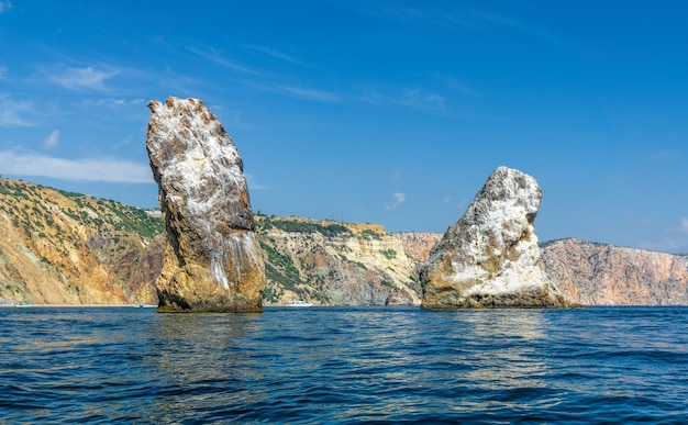 海岸の崖、岩のオレストとピラッド、フィオレンテ岬、セヴァストポリクリミアの景色。明るく晴れた日、穏やかなクリスタルの澄んだ青い海。旅行のコンセプト、自然と調和したアクティブで健康的な生活。