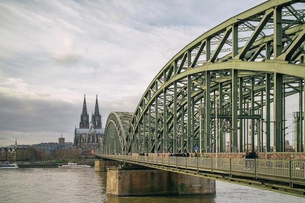 ドイツ、ライン川に架かるケルン大聖堂とホーエンツォレルン橋の眺め