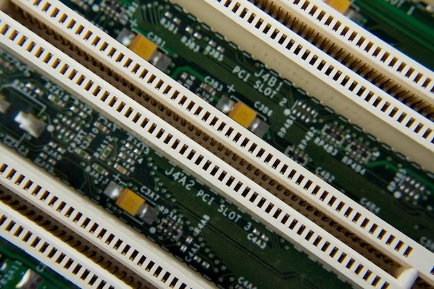 コンピュータのマザーボード部品を斜めから見ます。背景やテクスチャに使用