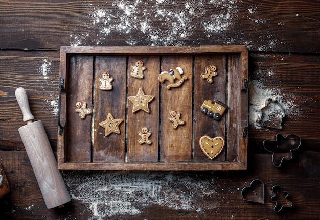 Посмотреть на печенье и муку на подносе на столе