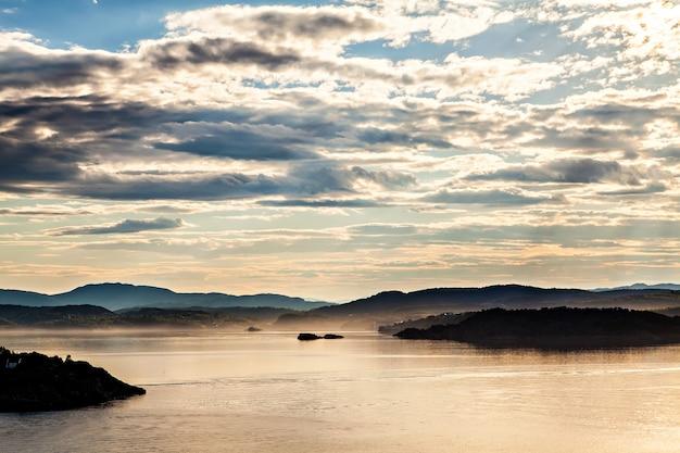 ノルウェー、海からのフィヨルドの風景の眺め