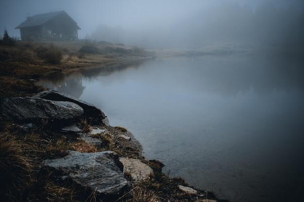 산에서 안개 호수 mortirolo에서보기
