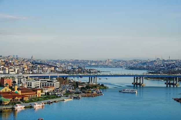 Вид на бухту золотой рог со станции pierre lotti teleferik с видом на золотой рог, район эйюп, стамбул, турция