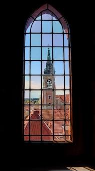 旧市街のステンドグラスの窓から聖霊教会と歴史的建造物を眺める