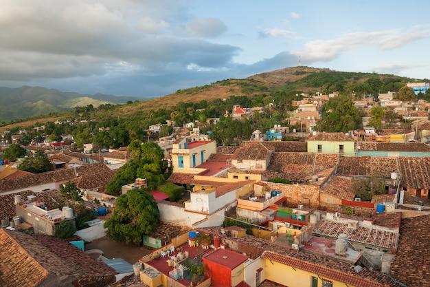 キューバのトリニダードの家や丘の眺め