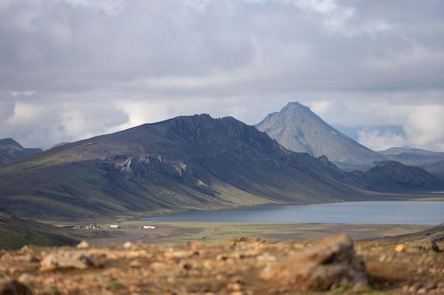 푸른 언덕, 하천 및 호수가있는 hvanngil 산장 및 캠프장에서 볼 수 있습니다. laugavegur 하이킹 코스, 아이슬란드.