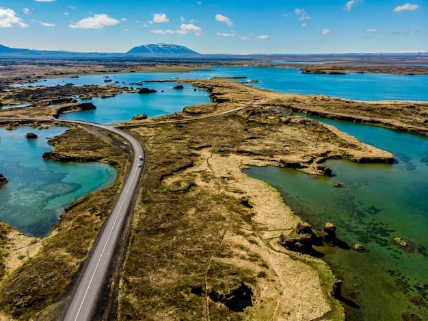 アイスランドの平原と道路を見る