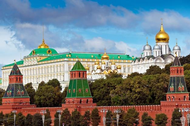 Вид на кремль в москве, россия. красная кремлевская стена