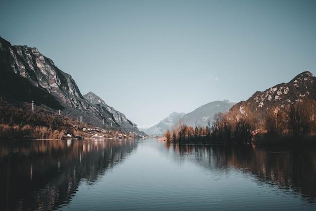 ガルダ湖近くのイドロ湖の眺め