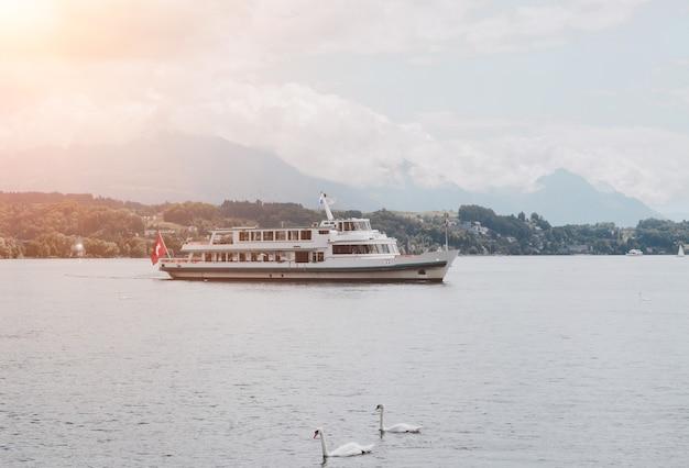 루체른 호수와 산 풍경, 루체른, 스위스, 유럽에서 볼 수 있습니다. 여름 풍경, 햇살 날씨, 극적인 푸른 하늘과 화창한 날