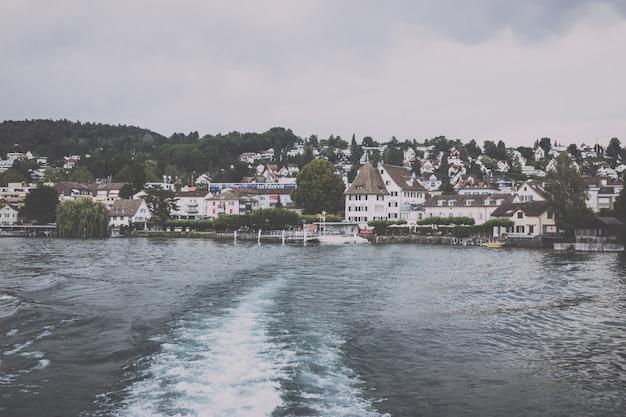 취리히 호수와 산 풍경, 취리히, 스위스, 유럽에서 볼 수 있습니다. 여름 풍경, 햇살 날씨, 극적인 변덕스러운 푸른 하늘. 화려한 저녁 시간