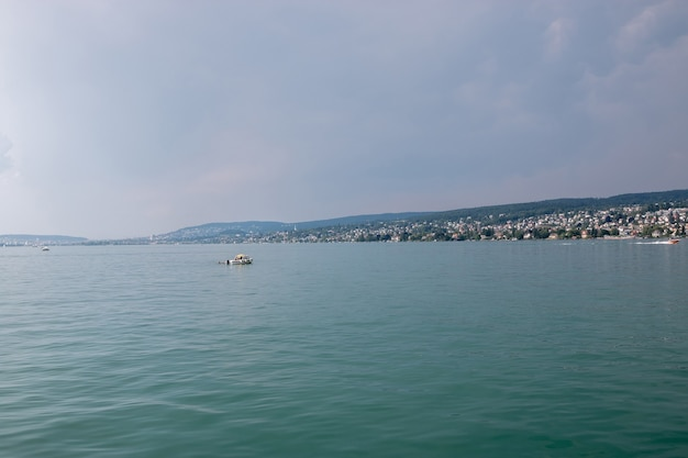 취리히 호수와 산 풍경, 취리히, 스위스, 유럽에서 볼 수 있습니다. 화창한 날씨, 푸른 하늘