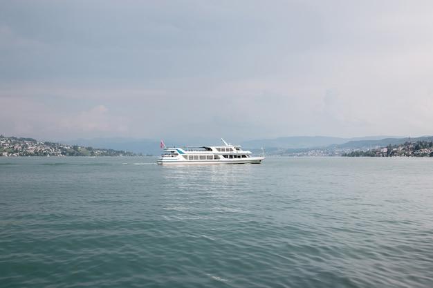 취리히 호수와 산 풍경, 취리히, 스위스, 유럽에서 볼 수 있습니다. 화창한 날씨, 극적인 변덕스러운 푸른 하늘. 다채로운 여름날, 저녁 시간