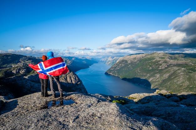 Вид на фьорд люсе-фьорд с тропы прекестулен, норвегия