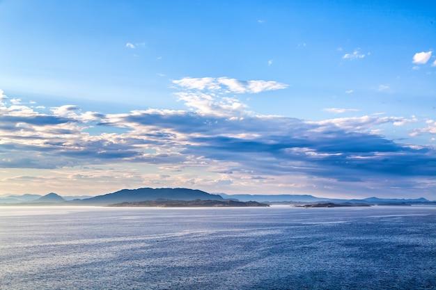ノルウェーの海からの山の風景の眺め