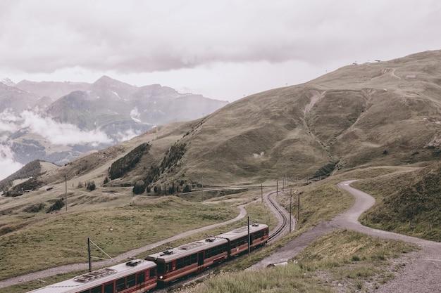 Вид на горы со станции юнгфрауйох в альпах, лаутербруннен, швейцария, европа. летний пейзаж, дождливая погода, драматическое небо с облаками