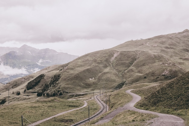 알프스, 라우터브루넨, 스위스, 유럽의 융프라우요흐 역에서 산의 전망을 감상하실 수 있습니다. 여름 풍경, 비오는 날씨, 극적인 구름 하늘