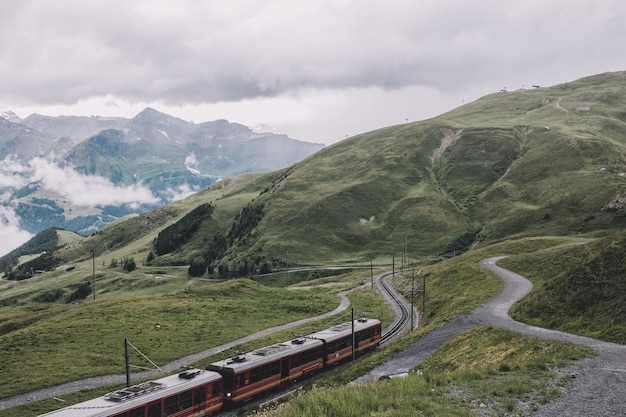 알프스의 융프라우요흐(jungfraujoch) 역, 라우터브루넨(lauterbrunnen), 스위스(switzerland), 유럽(europe)의 국립 공원에서 산의 전망을 감상하실 수 있습니다. 여름 풍경, 비오는 날씨, 극적인 구름 하늘