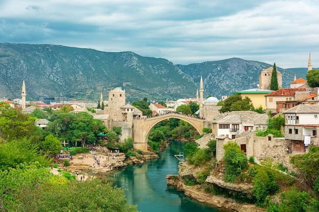 ボスニア・ヘルツェゴビナ、バルカン半島、ヨーロッパの有名な橋のある旧市街モスタルの眺め