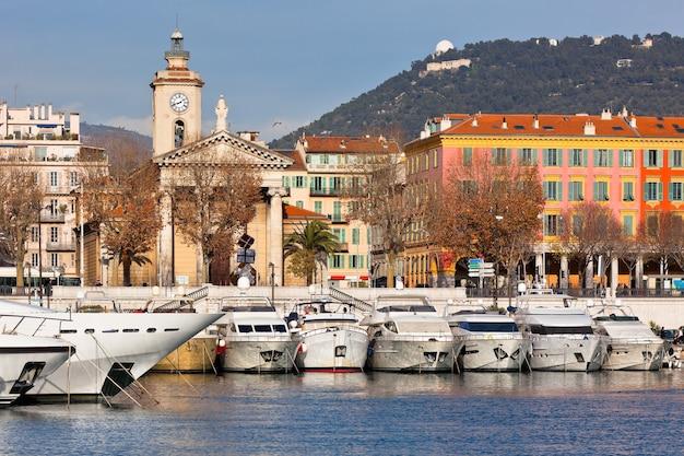 Вид на порт ниццы и роскошные яхты, французская ривьера, франция