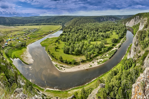 Вид на республику башкортостан сверху, вид с воздуха на летний лес, реку и горы, пейзаж башкирии.