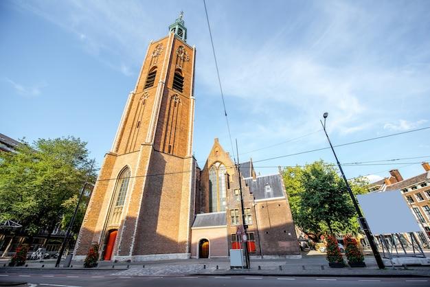 Вид на церковь святого якоба в центре города хааг в нидерландах