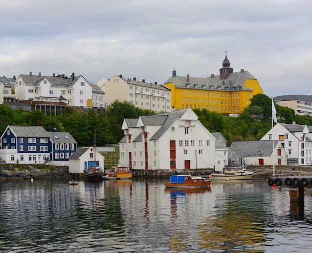 ノルウェー、オーレスン市の街並みや家々を横から見た図