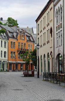 ノルウェー、オーレスン市の街路や家屋を縦に見る