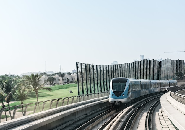 Вид на дорогу метро в центре города дубай