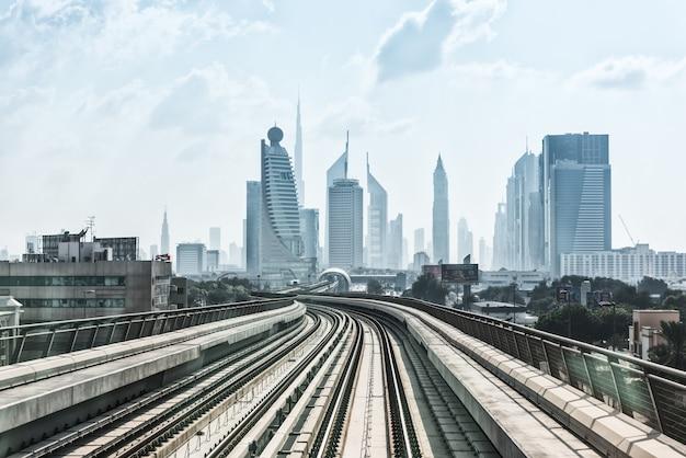 시내 도시 두바이의 지하철 도로에서보기
