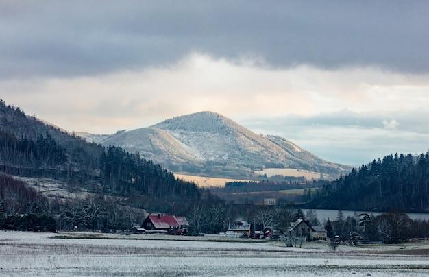 冬の日没時のズデーテン山地の眺め