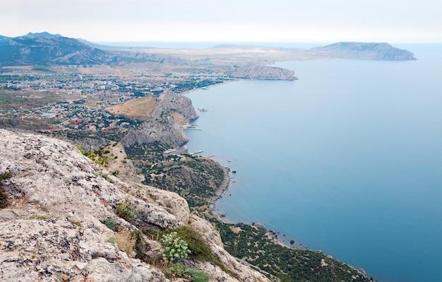 「スダク」タウン(クリミア、ウクライナ)の夏の岩の多い海岸線の眺め