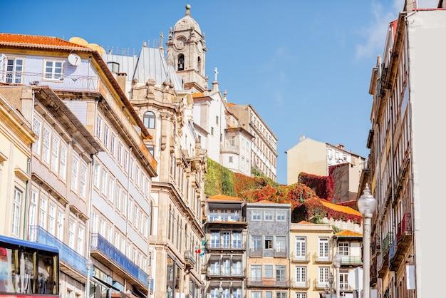 Вид на красивые фасады старого здания на улице в старом городе порту, португалия
