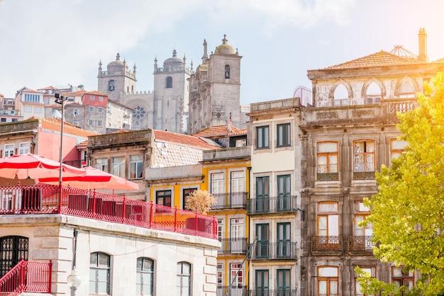 Вид на красивые фасады старого здания на улице с собором се в старом городе порту, португалия