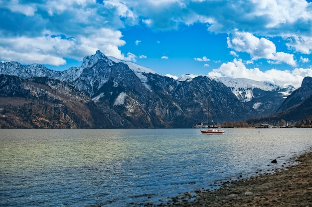 Вид на лодку и озеро в австрийских альпах.