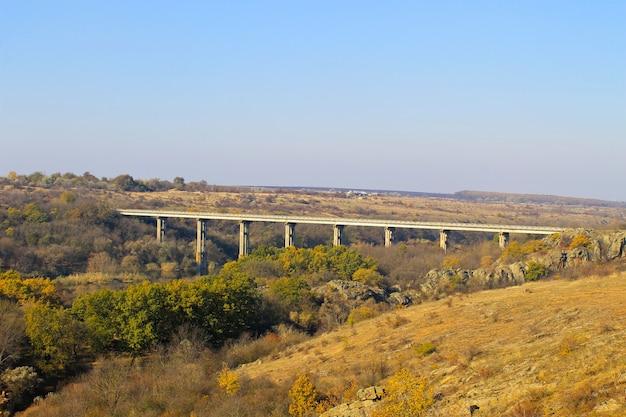 秋のウクライナの南ブーフ川を渡る橋の眺め