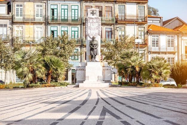 Вид на площадь карлоса альберто с памятником в городе порту, португалия