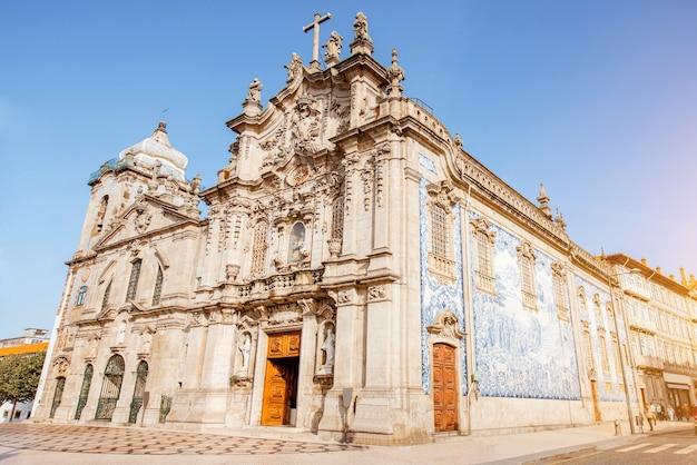 포르투갈 포르토(porto) 시의 화창한 날 카르모(carmo) 및 카르멜리타스(carmelitas) 교회의 전망