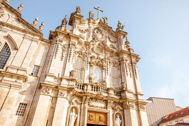포르투갈 포르투(porto) 시의 화창한 날 카르모(carmo) 교회 외관의 전망