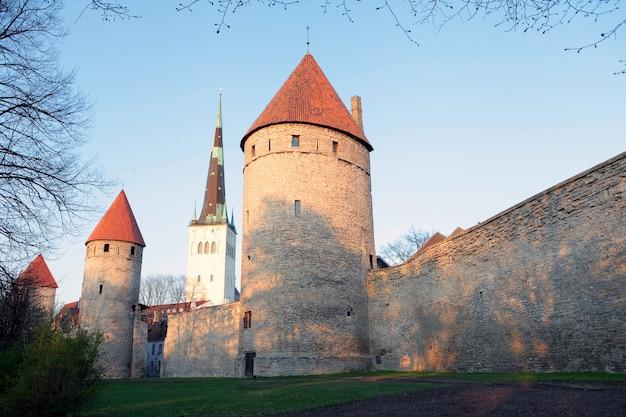 타워가 있는 성벽에서 볼 수 있는 탈린 구시가지 에스토니아 유럽의 유네스코 문화유산