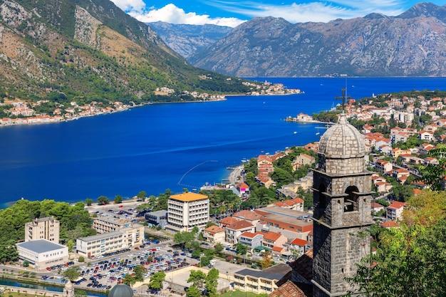Вид на церковь богоматери ремеди и город из которской крепости, черногория.