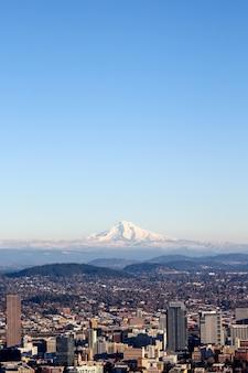 雲ひとつない日に街を眺める