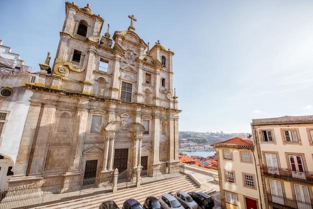 Вид на фасад церкви igreja dos grilos в городе порту, португалия