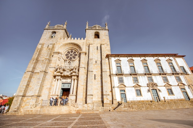 Вид на фасад собора се в солнечный день в городе порту, португалия