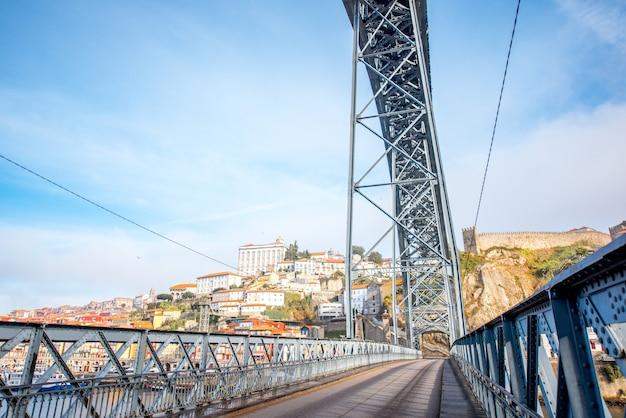 포르투갈 포르투(porto)의 아침 햇살 동안 유명한 루이스 철교(luis iron bridge)의 전망