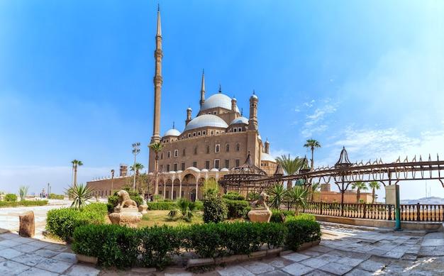 Вид на великую мечеть мухаммеда али-паши в цитадели каира, египет.