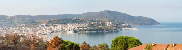 Вид на гавань агрополи. италия
